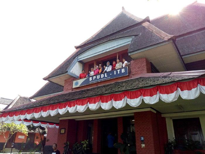 villa merah bandung