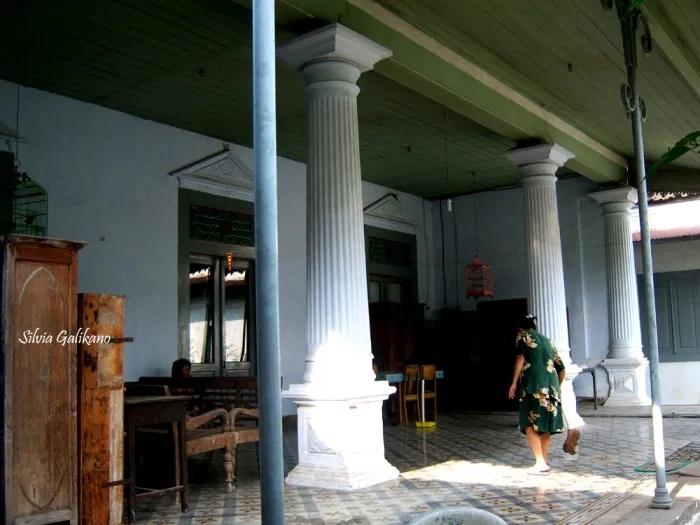 Fransisca Srihartini sedang menyapu teras rumahnya di Pecinan Lasem, 2010. (Foto Silvia Galikano)