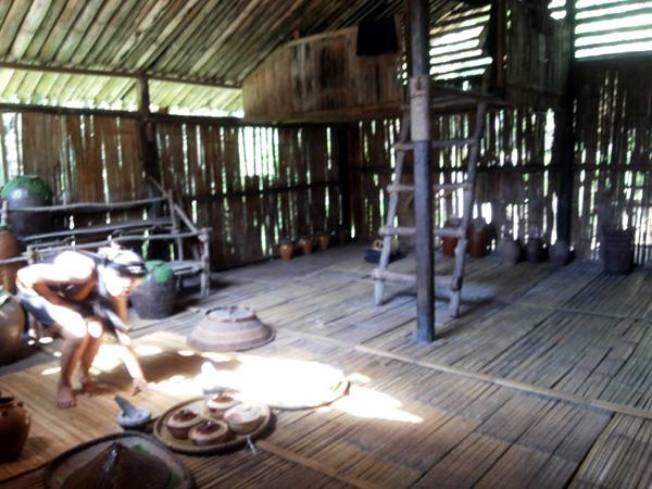 Bagian dalam rumah dan linimpun untuk ruang tidur anak perempuan masyarakat Dusun di MariMari Cultural Village, 2015. (Foto Silvia Galikano)
