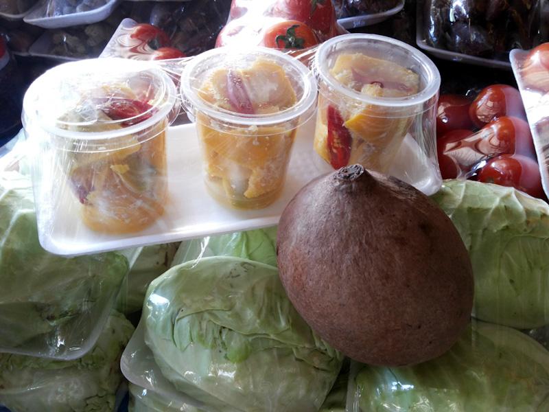 Buah bambangan segar dan yang sudah difermentasi dijual di pasar tradisional Sabah. (Foto Silvia Galikano)