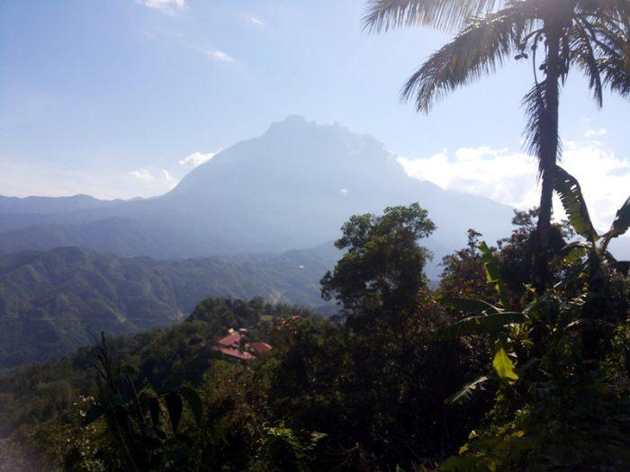 Gunung Kinabalu dilihat dari Pekan Nabalu, Sabah, 2011. (Foto Silvia Galikano)
