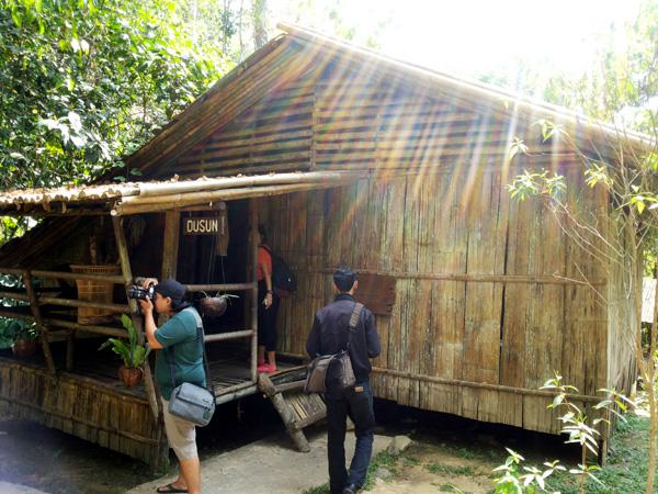 Rumah Suku Dusun, di MariMari Cultural Village, 2015. (Foto Silvia Galikano)