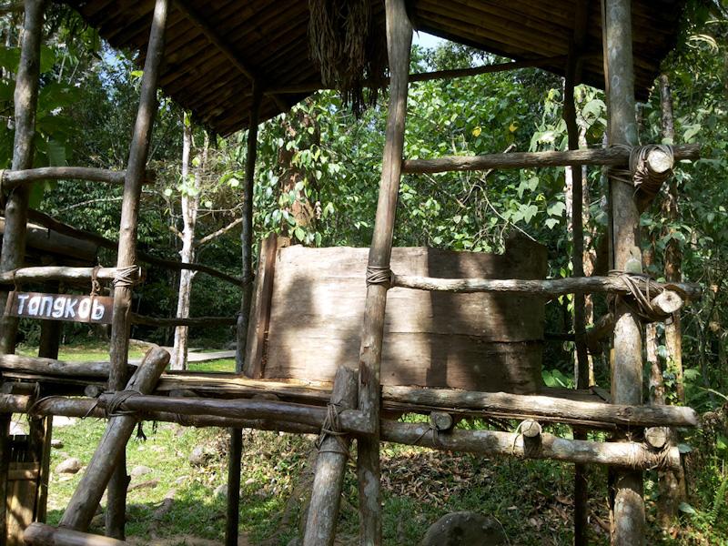 Tangkob yang berfungsi sebagai lumbung padi bagi masyarakat Dusun, di MariMari Cultural Village, 2015. (Foto Silvia Galikano)