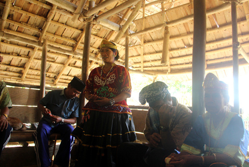 Acara pelepasan tamu diadakan di lobo Desa Porelea, 2015. (Foto Desmon-Karsa Institute)