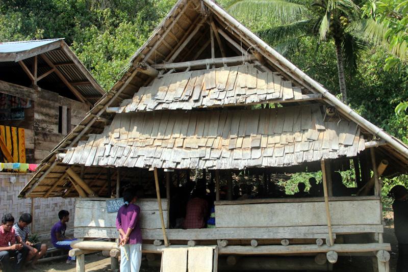 Lobo, balai serbaguna di Desa Porelea, 2015. (Foto Desmon-Karsa Institute)