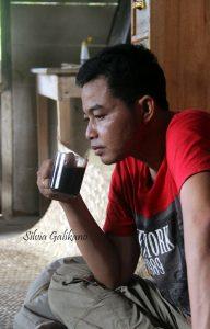 Minum kopi adalah budaya masyarakat Porelea, diminum pagi, siang, sore, hingga malam, 2015. (Foto Silvia Galikano)