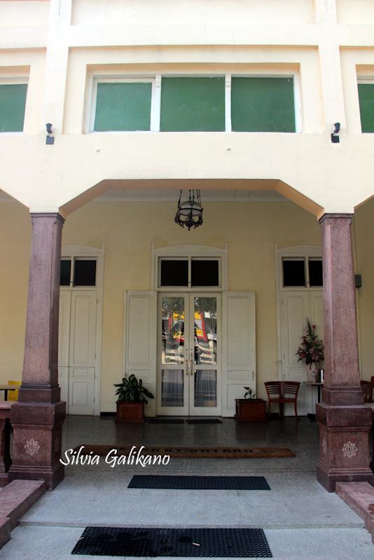 Teras depan Hotel Damai Residence dengan dua tiang utama yang kakinya berukir logo LKH, 2015. (Foto Silvia Galikano)