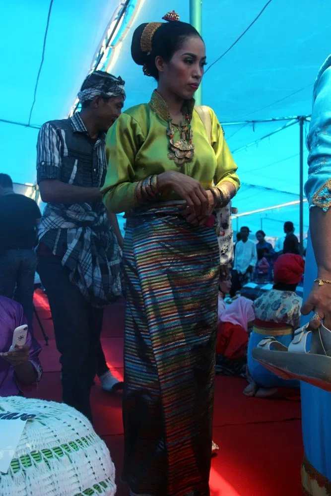 Perempuan berbaju khas Buton di acara Pikande-kandea, Festival Budaya Tua Buton, 2016. (Foto Silvia Galikano)