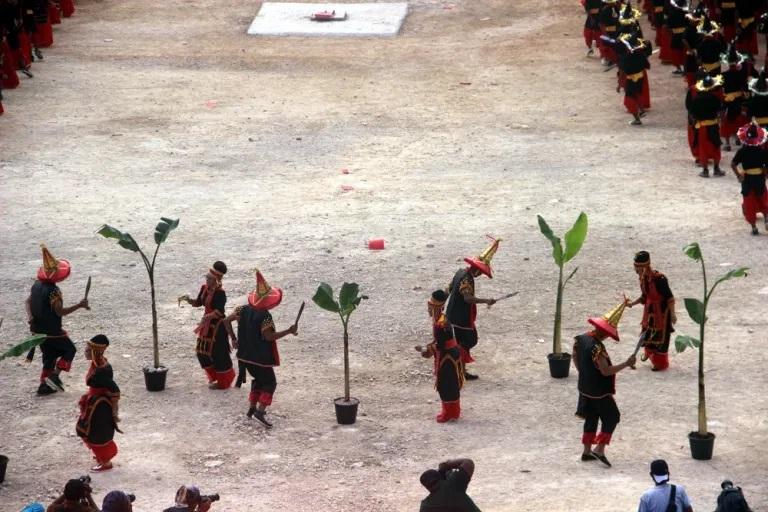 Tari kolosal di Festival Budaya Tua Buton, 2016. (Foto SIlvia Galikano)
