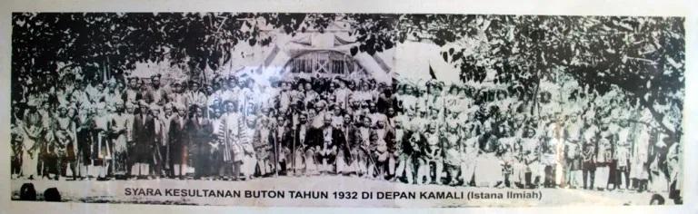 Perangkat agama Kesultanan Buton di depan Kamali, 1932. (Foto Istimewa)