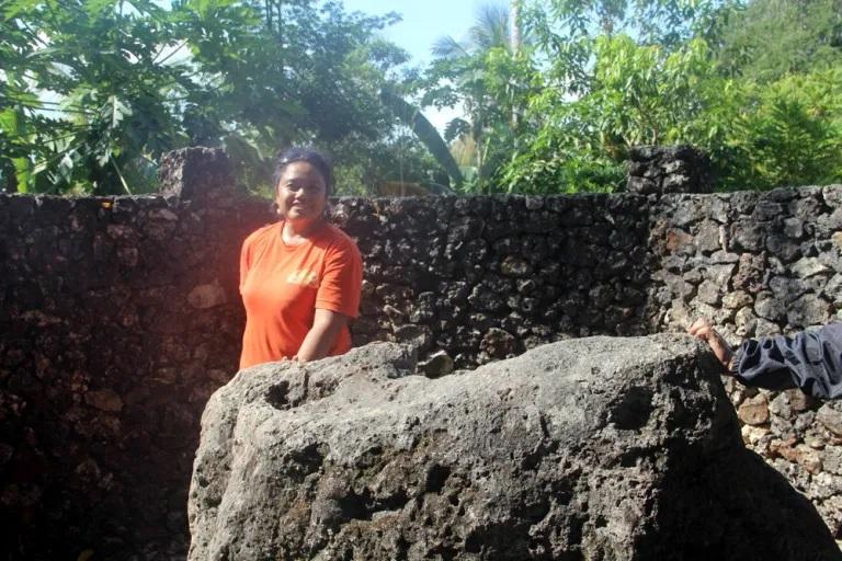 Sudah memegang Batu Wolio, artinya saya sudah resmi pernah menginjak tanah Buton, 2016. (Foto Herita Endriana)