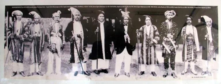Sultan Buton ke-37 La Ode Hamid (ke-5 dari kiri) bersama pejabat Kesultanan Buton.