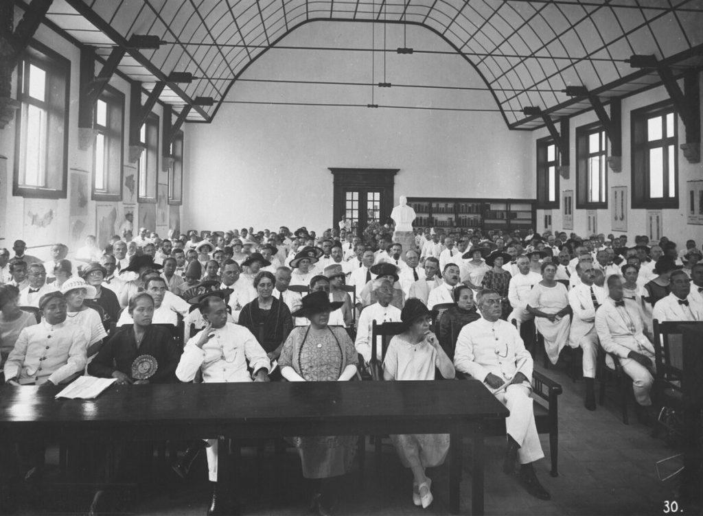 Pengusaha gula Kwee Sik Po (baris ke-2, baju putih) dan istri The Tien Nio (baju gelap) hadir di peresmian gedung baru POJ Pasuruan pada 21 April 1925. (Foto collectienederland.nl)
