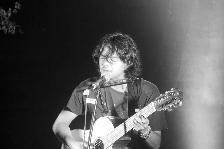 Jason Ranti saat tampil di Ruang Putih, Bandung, 18 Desember 2016. (Foto Silvia Galikano)