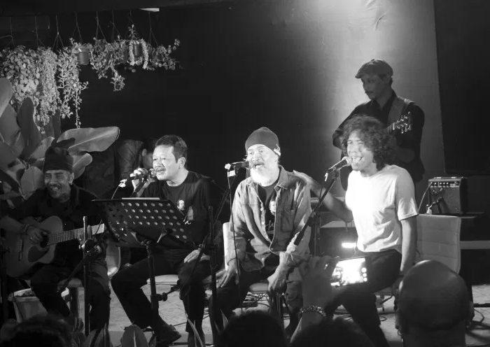 Pahama saat tampil di Ruang Putih, Bandung, 18 Desember 2016. (Foto Silvia Galikano)