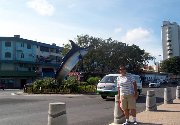 Saya dengan latar belakang Patung Marlin, Kota Kinabalu, 26 November 2010.