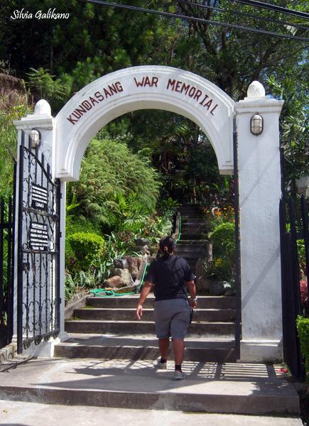 Gon di pintu Kundasang War Memorial, 26 November 2010. (Foto Silvia Galikano)